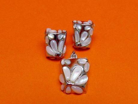 """Afbeelding van """"Madeliefje"""" set van trapeziumvormig hangertje en  oorknopjes in sterling zilver en parelmoer"""