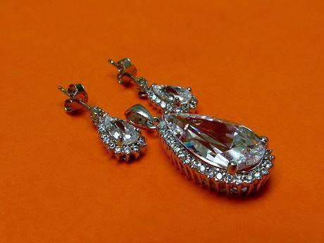 """Afbeelding van """"Drop"""" hangertje en bengelende oorbellen set in sterling zilver met groot kristal omringd door kubiek zirkonia"""