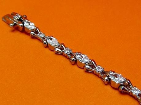 "Afbeelding van ""Marquise strikje met zirkonia"" tennisarmband in sterling zilver met navette kubiek zirkonia afgewisseld met opengewerkte strikjes"