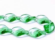 Afbeelding van 19x13 mm, Tsjechische geperste glaskralen, spiraalachtig blad, smaragdgroen, transparant, 12 stuks