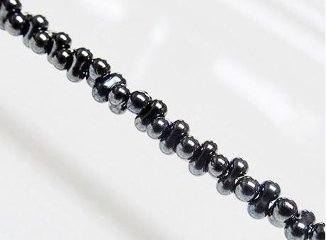 Image de 2x4 mm, perles rocaille japonaises en forme d'arachide, opaque, gris hématite, métallique